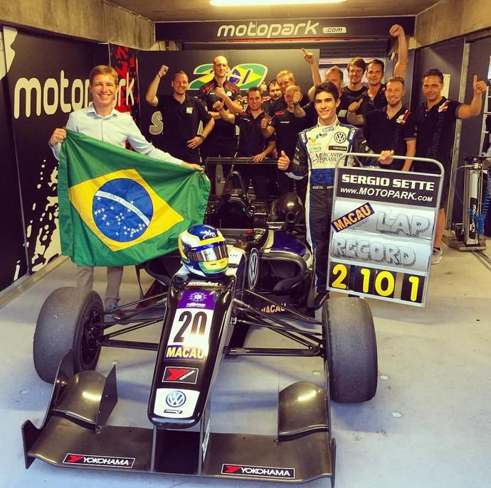 Sergio Sette Câmara comemora melhor volta da história do GP de Macau (Foto: Divulgação)