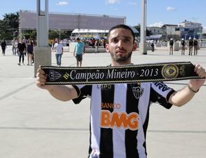 Torcedor do Atlético-MG exibe faixa de campeão antes do jogo (Foto: Mauricio Paulucci / Globoesporte.com)