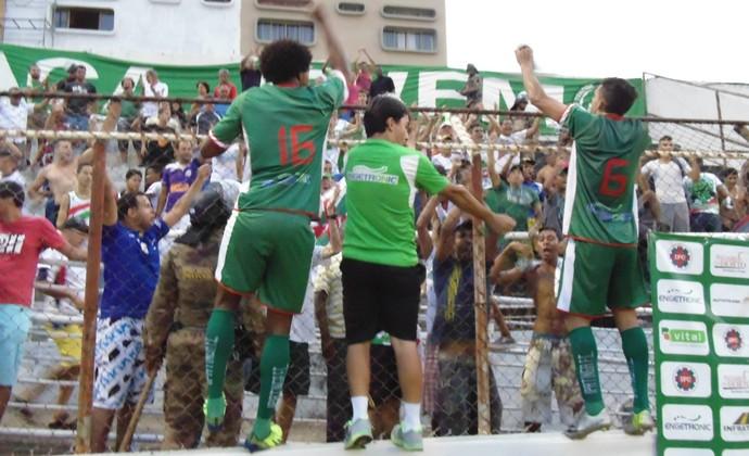 Técnico do Ipatinga e seus jogadores comemoraram classificação no alambrado com a torcida (Foto: Wilkson Tarres/Globoesporte.com)