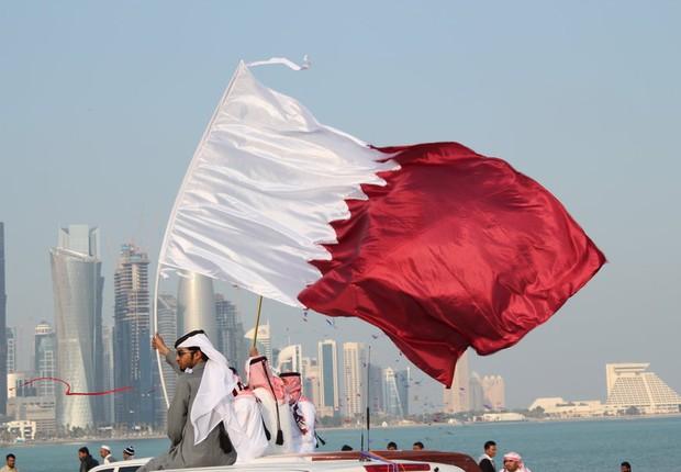 Bandeira é carregada durante o Dia Nacional do Catar (Foto: Reprodução/Facebook)