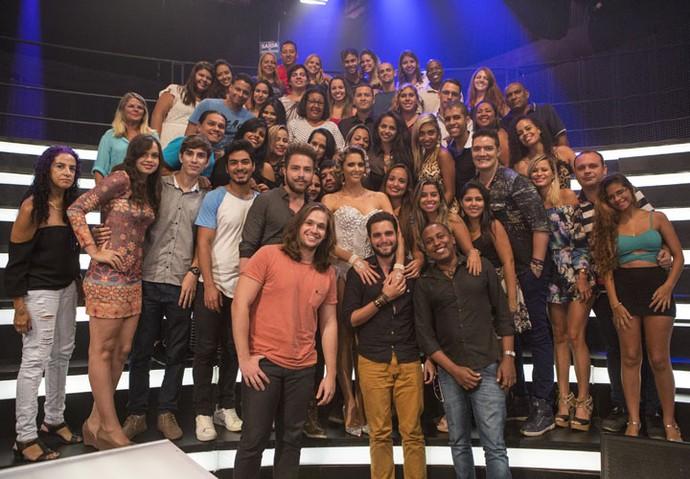 Fernanda com o público em mais uma foto (Foto: Felipe Monteiro/Gshow)