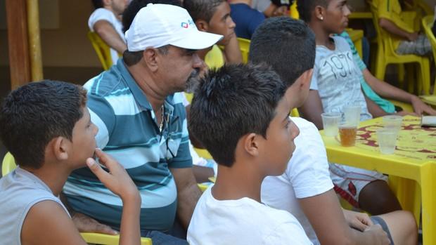 Flávio Augusto levas garotos do Bola de Ouro para assistir Diego Costa (Foto: Felipe Martins/GLOBOESPORTE.COM)