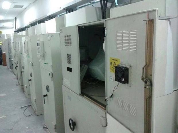Caixas eletrônicos violados dentro da agência do Santander (Foto: Divulgação)