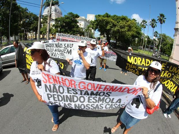 Moradores usam faixas e cartazes para protestar contra a desapropriação das casas (Foto: Marlon Costa/Pernambuco Press)