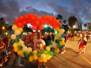 Participante do ato pró-Dilma segura coração formado por balões vermelhos, verdes e amarelos, no Recife (Foto: Aldo Carneiro/Pernambuco Press)