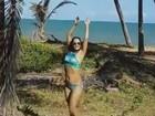 Aos 45, Mônica Carvalho ostenta corpo sarado em praia da Bahia