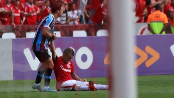 Giuliano ajuda D'Alessandro a se levantar (Foto: Diego Guichard)
