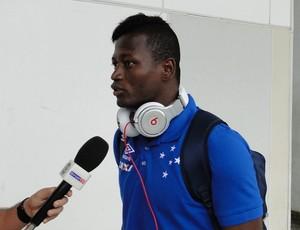 Riascos é entrevistado no desembarque do Cruzeiro (Foto: Guilherme Frossard)