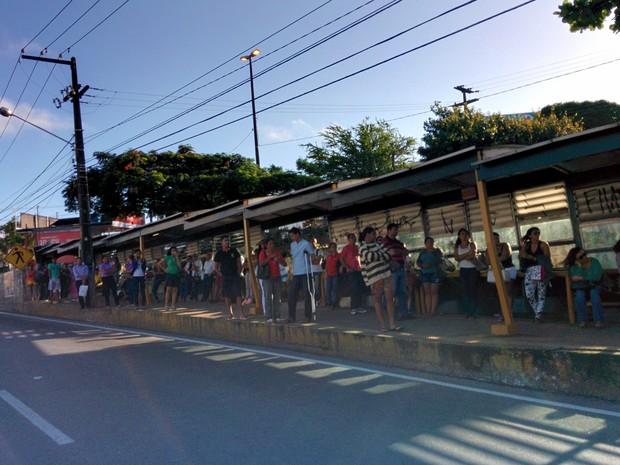 Muitas pessoas aguardam por ônibus nas paradas nesta manhã em Natal (Foto: Rafael Barbosa/G1)