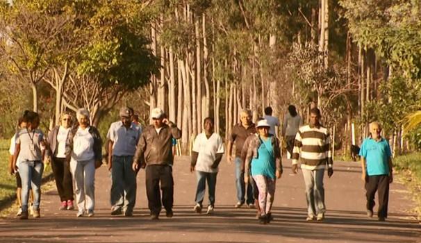 Grupo de caminhantes usa o cemitério para exercícios físicos há 7 anos (Foto: Reprodução / EPTV)