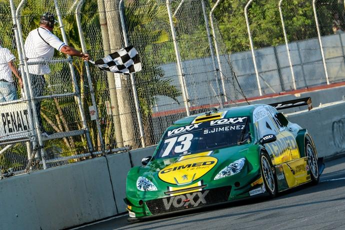 Sergio Jimenez recebe a bandeirada para a vitória na corrida 2 da Stock Car em Salvador (Foto: José Mário Dias / Divulgação)