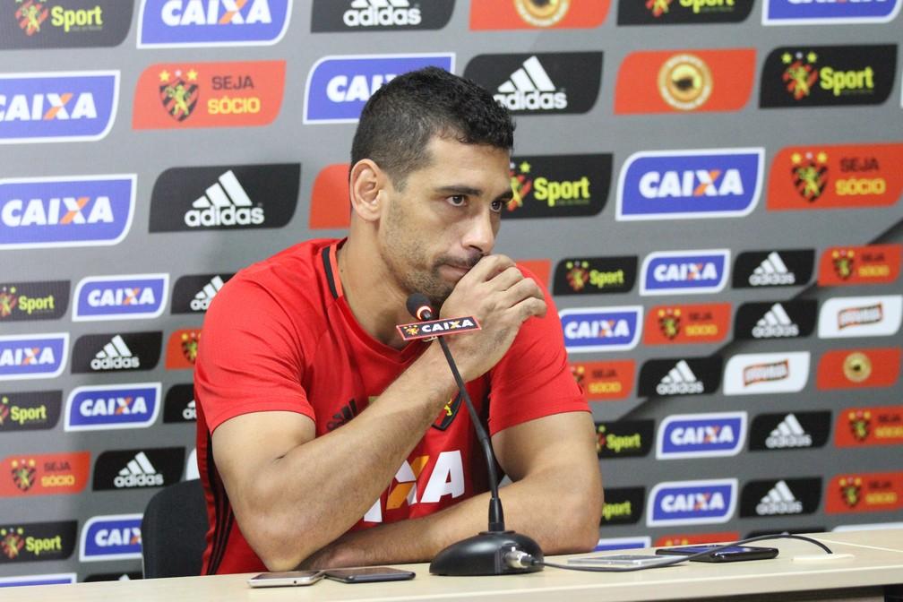 Diego Souza falou com a imprensa sobre problemas particulares (Foto: Marlon Costa / Pernambuco Press)