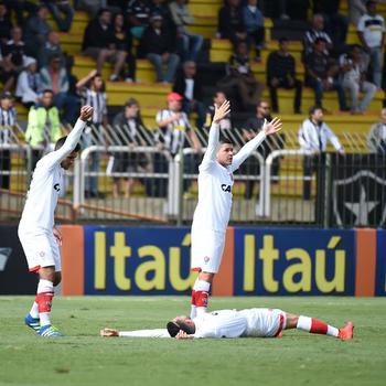 Após divivida, Flávio cai com convulsões no jogo de Botafogo x Vitória (Foto: André Durão/Globoesporte.com)