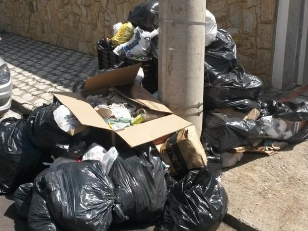 Lixo ainda está acumulado nas ruas da região central de Piracicaba (Foto: Suzana Amyuni/G1)