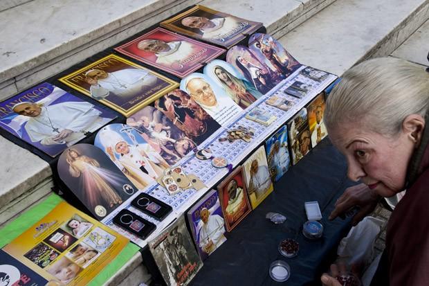 Uma das inúmeras vendedoras ambulantes de Buenos Aires oferece dezenas de cartões e santinhos com a figura do Papa Francisco, na esquina da Calle Florida (Foto: © Haroldo Castro / ÉPOCA)