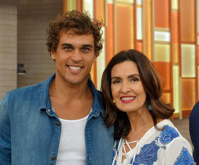 O ator Felipe Roque com a apresentadora (Foto: Vinícius Cunha/Gshow)