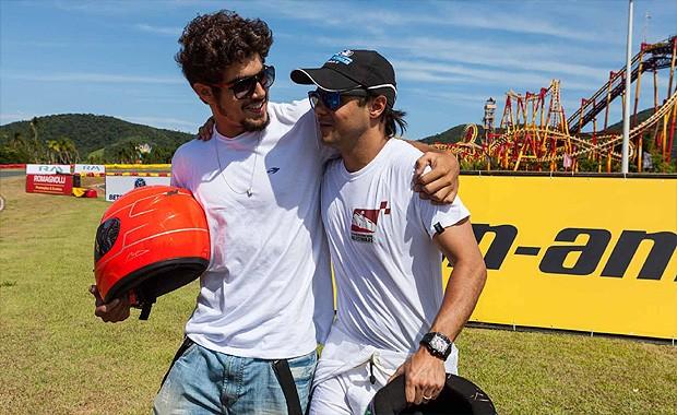 O ator Caio Castro ao lado do piloto Felipe Massa no Desafio Internacional das Estrelas (Foto: Fred Chalub/Autoesporte)