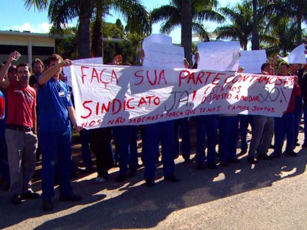 Funcionários bloqueiam entrada da fábrica Ypê em Amparo (SP) (Foto: Reprodução / EPTV)