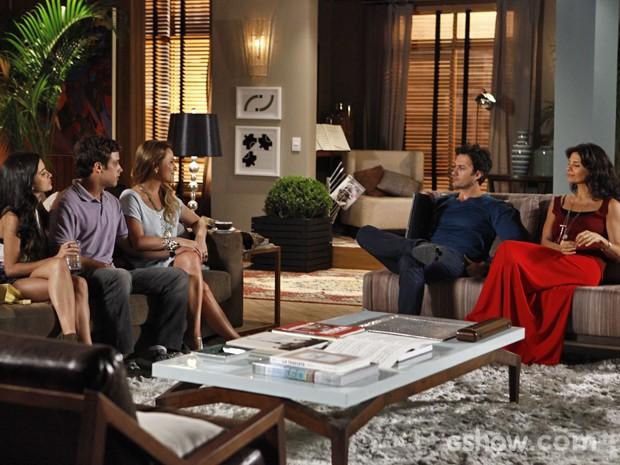 Laerte e Verônica recebem Shirley e disfarçam mal estar (Foto: Inácio Moraes/ TV Globo)