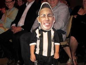 Criança brinca com máscara de Neymar na cerimônia de abertura (Foto: Jonatas Oliveira/G1)