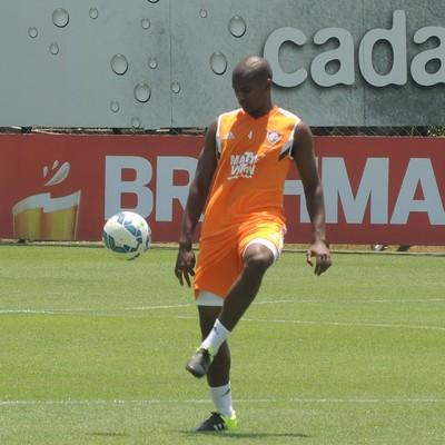 Marlon durante treino do Fluminense na Cidade do Galo (Foto: Fred Huber)