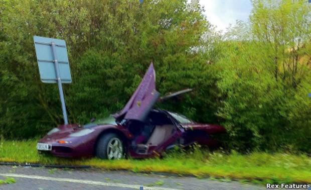 O carro de Rowan Atkinson após o acidente (Foto: Rex Features)