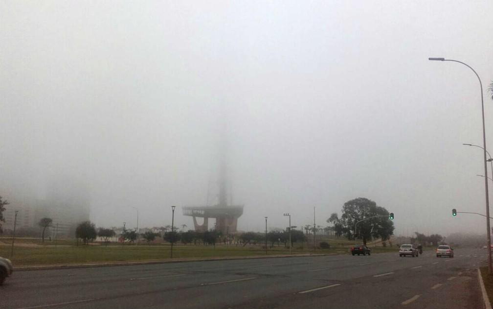 Torre de TV, no centro de Brasília, coberta pelo nevoeiro (Foto: Aldair Fernando/G1)