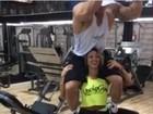 Ex-BBB Michelly carrega marido para fazer agachamento: '110kg nos ombros'