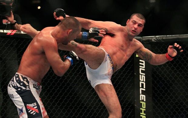 UFC 139 - Mauricio Shogun Rua ataca Dan Henderson (Foto: AP)