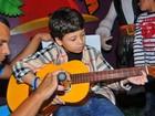 Filho de Nívea Stelmann e Mario Frias toca violão em festa de aniversário