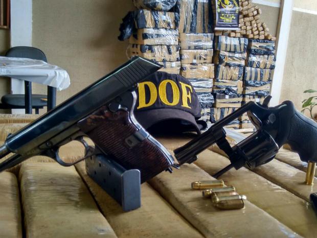 Armas apreendidas com suspeitos na estrada Apaporé, em Bela Vista. (Foto: Digulgação/ DOF)