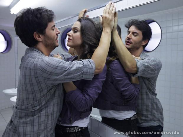 Leila quer saber o que Thales foi fazer lá (Foto: Amor à Vida / TV Globo)