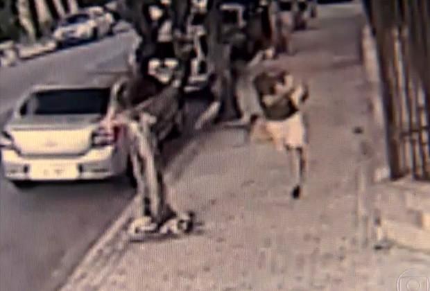 Bandido consegue se livrar da dona e foge com o cachorrinho no colo (Foto: TV Globo/Reprodução)