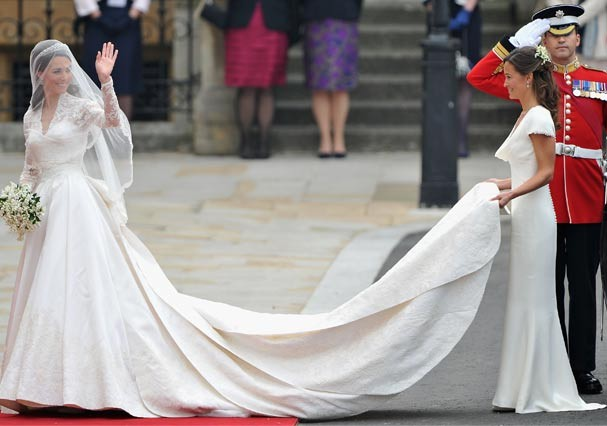 Pippa entrando na Abadia de Westminster segurando a cauda do vestido de Kate (Foto: Getty Images)