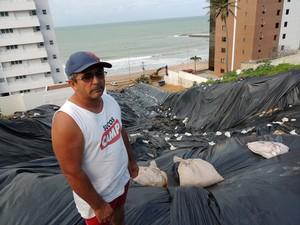 Comerciante perdeu duas casas que alugava na rua Guanabara, em Mãe Luiza (Foto: Felipe Gibson/G1)