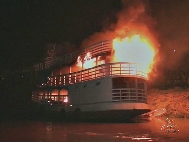 Manifestantes incendiaram barco da Funai que prestava apoio aos indígenas (Foto: Reprodução/TV Amazonas)