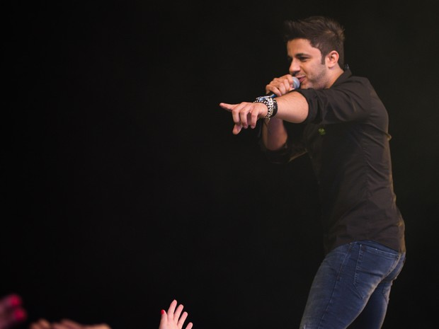 Sucesso em 2013, 'Maus bocados' levantou o público no show de Cristiano Araújo no Ribeirão Country Fest (Foto: Érico Andrade/G1)