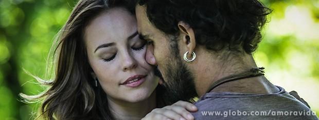 Ele tenta bejá-la, mas ela desvia o rosto... (Foto: Amor à Vida / TV Globo)