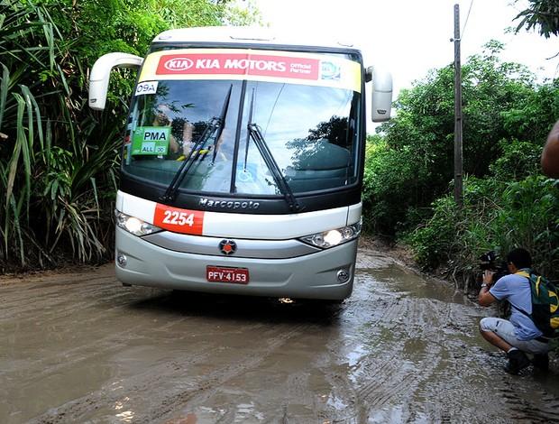 ônibus Uruguai estrada de acesso CT do Sport (Foto: Edgar Maciel de Sá)
