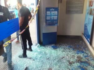 Explosões e tiros deixaram três agências bancárias e comércios danificados (Foto: Polícia Militar/Divulgação)