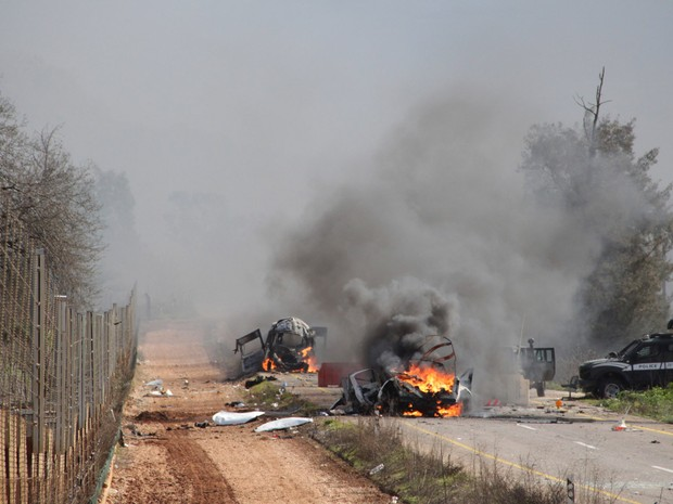 Veículos pegando fogo são vistos perto da aldeia de Ghajar, na fronteira de Israel com o Líbano. Um ataque com mísseis do Hezbollah feriu 4 soldados israelenses, o maior ataque a forças israelenses pelo grupo libanês desde a guerra de 34 dias em 2006 (Foto: Maruf Khatib/Reuters)