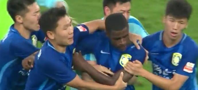 BLOG: Expulso, volante Ramires é contido por companheiros após correr atrás de árbitro