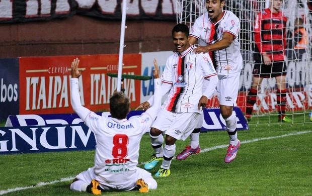 Fabinho comemora gol do Joinville com Everton e Edigar Junio (Foto: José Carlos Fornér/JEC)