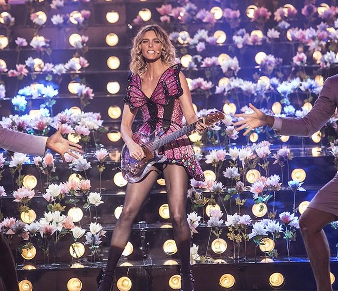Fernanda Lima toca guitarra no palco do programa (Foto: Raphael Dias/ Gshow)
