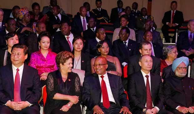A presidenta Dilma Rousseff participa em Durban, na África do Sul, da cerimônia de abertura da 5ª Cúpula dos Brics, grupo de países emergentes formado por Brasil, Rússia, Índia, China e África do Sul, que vai discutir a criação de um banco de desenvolvimento voltado para o financiamento de projetos nos cinco países. Ela aparece acompanhada de Xi Jinping presidente chinês; Jacob Zuma, presidente sul-africano; Vladimir Putin, presidente russo; e Manmohan Sing, primeiro-ministro da Índia. (Foto: Presidência da República / Roberto Stuckert Filho)