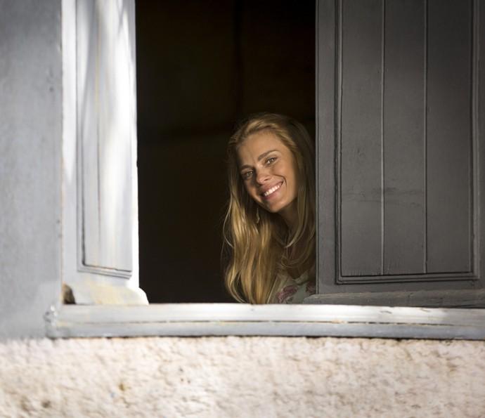 A gatíssima Carolina Dieckmann na gravação da volta de Lara para a trama (Foto: Fabiano Battaglin/ Gshow)