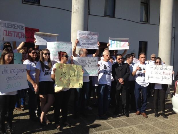 Familiares e amigos da médica assassinada em Criciúma protestaram diante do fórum  (Foto: Janine Limas/RBSTV)