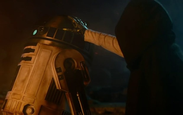 Mão robótica não deixa dúvidas: esse encapuzado é Luke Skywalker. Mas é só isso que conseguimos ver dele por enquanto no novo 'Star Wars' (Foto: Reprodução/YouTube/Star Wars)