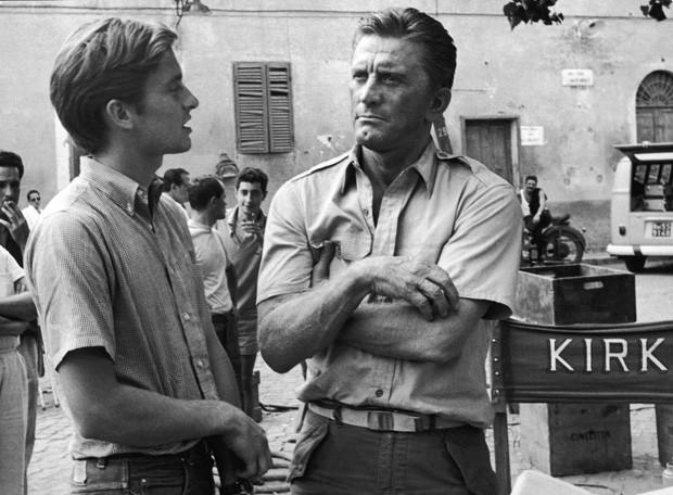 Esse jovenzinho ao lado de Kirk é ninguém menos que Michael Douglas, num set em 1965 (Foto: Hulton Archive/Getty Images)