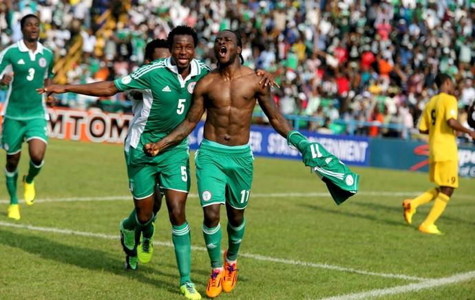 Moses abre o placar para a Nigéria (Foto: Reuters)
